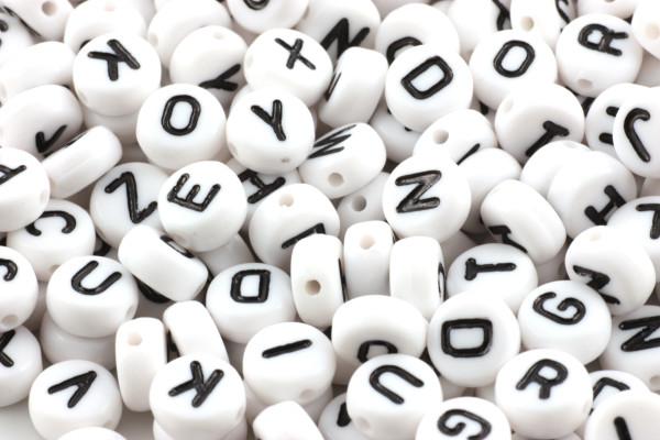 Buchstabenperlen, Acryl, weiß-schwarz, 7mm, 100 Stück